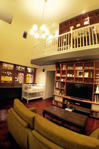 天井が高く開放感のあるリビング。ヨーロッパのギャラリー風のカフェで過ごしているかのよう