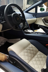 車内。革張りシートで、高級感がある