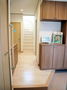 広々とした玄関にはクローゼットや土間収納など、収納スペースが充実。奥に見えるディズニー柄のトイレのドアがお気に入り