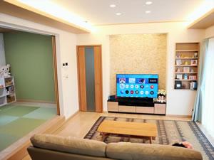 LDKは間接照明とテレビ後ろの大理石で、温かみのある空間に。隣接する小上がり和室のおかげで、より広く感じられる