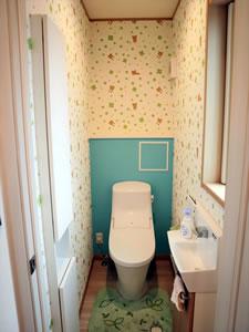 産まれてくる子供たちに喜んでもらおうと、2階のトイレにはリラックマ柄のクロスを採用。可愛くて大人も癒される