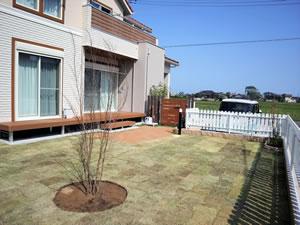 一面に芝生が張られた庭と約6帖のウッドデッキは、子供たちの遊び場には十分な広さ