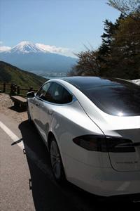 一度の充電で400km走るので、充電設備のない場所にもスイスイ行ける
