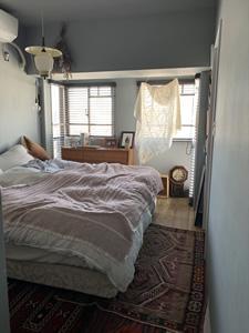 グレーを基調にした寝室。アクセントの布は、韓国のパッチワーク「ポジャギ」