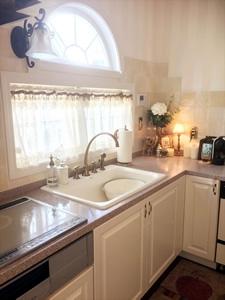 キッチンはパシフィックリムキャビネット社製。ホーローシンクと水栓は、憧れていたアメリカ・コーラー社のもの