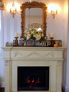 電気ストーブの暖炉を眺めながらのコーヒータイムは至福の時間。季節によって暖炉の上の飾りを変えて楽しんでいる