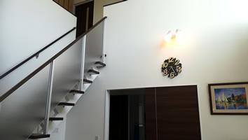 階段は、デザイン性の高いオープンステア(スケルトン階段)をチョイス