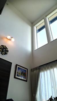吹き抜けによって天井が高く、明るい空間に
