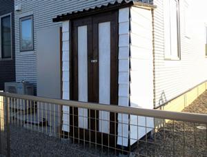 DIYした2枚扉のガーデンシェッド(物置小屋)。土台も防水対策もばっちり