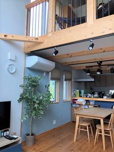 開放感のあるリビングルームの吹き抜けと、2階のフリースペース。奥にあるのはキッチン