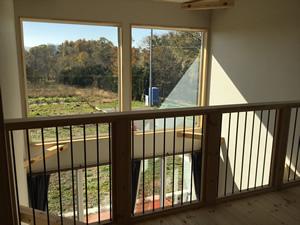 2Fのフリースペースから見える景色。大きな窓の向こうには、軽井沢の自然が広がる