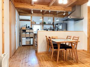キッチンの飾り棚はお手製。収納も増え、木の色合いの調和も取れている
