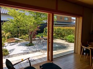 大きな窓は庭と家の中を繋げる役割を果たしてくれる