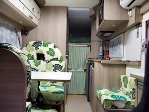 車内はモンステラのキルトでハワイアン風に統一。奥に見えるのが二段ベッド