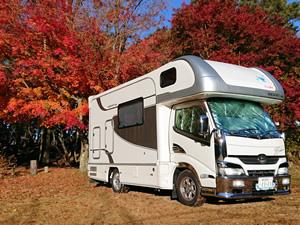 紅葉の美しい時期に旅行。寒くなればたき火やキャンプも楽しめる