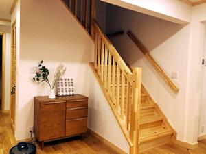 パイン材を使用した階段。床や手すりの色に合うと一目ぼれした棚を配置。