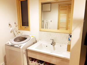 洗濯物干しの一連の作業がすべて完結される洗面所。