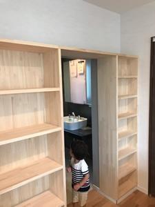 書斎の後ろに付けた、たっぷり容量がある造り付けの本棚