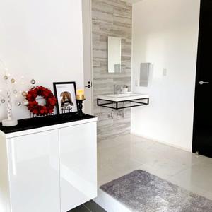 玄関ホールの床は「大理石タイル オオムラ 3977」を採用。モノトーンでカッコよくまとめた