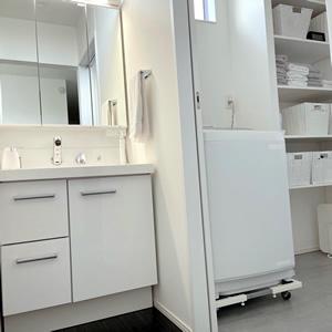 2階にある洗面所と脱衣所の間は、扉で仕切りを作った