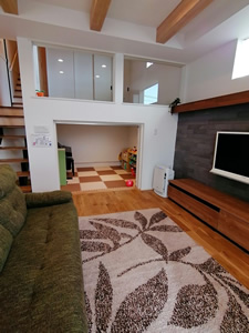 リビングから見た中2階の和室と、中2階下のキッズルーム