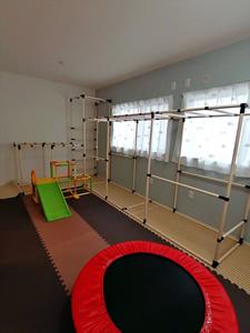 2階の子ども部屋。室内うんていをDIYして、アスレチックルームとして活用