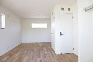 約11畳の子ども部屋。ドアを2つ作ったため、真ん中に壁を作れば、2部屋に分けることができる