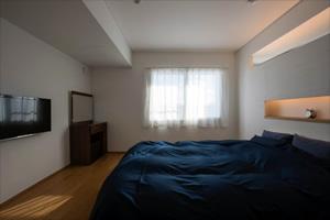 寝室はリビングとつながっている。シンプルで落ち着く雰囲気
