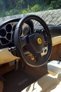 キャプション:革張りのインテリアやパネル類も、フェラーリならではの高級感