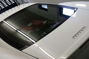 車体後方の窓からはエンジンルームが見える