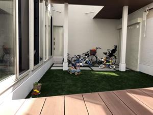 中庭は家の外からは見えないプライベート空間。子供の遊び場にも、大人がくつろぐ場にもなる