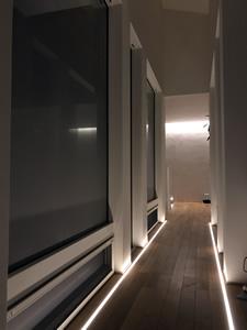 二つの棟をつなぐ橋(廊下)。床の両端にライトを仕込むことで「別の棟にいくためのタイムトンネル」というコンセプトを表現