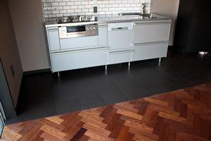 キッチンの床には、高価な大理石や石を使わずに、床材との相性もいいブラックコルクを使用し、スタイリッシュかつコストダウンに成功