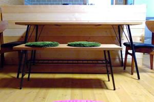 奥のキッチンカウンターは自作。木で少しずつ作り足していくのもログハウスの醍醐味