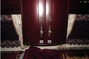 収納扉、キャプション:高級感のある無垢材の家具。取手を変えることで、さらに豪華な雰囲気に