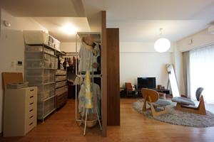 リノベーション後。和室を取っ払ったことで、開放感がアップ。左のウォークインクローゼットを設けることで、洋服が1カ所にまとまった