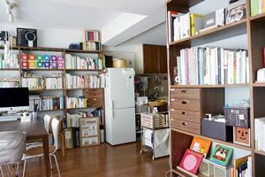 本棚は、無印良品のスタッキングシェルフを利用。結婚当時に買ったものに買い足して、天井の高さまでフルに活用することでスッキリしたレイアウトに