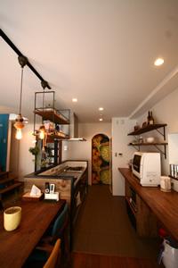 I型のアイランドキッチンを採用。キッチンの後ろの作業台と収納を造作することで、使い心地が向上