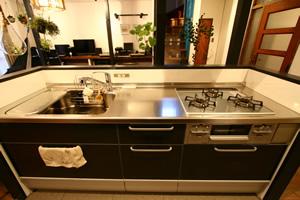 システムキッチンはクリナップのクリンレディ。レンジフードを自動で洗える機能がお気に入り