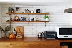 キッチンの背面収納は、カフェのようなキッチンをイメージし、造作でつくった