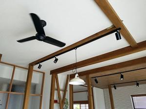 暖房効率を上げるためにつけたシーリングファンは、部屋のアクセントに。息子さんもお気に入り