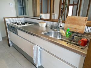 キッチンはLIXILの「シエラ」をチョイス。他のブランドと比べて価格は抑えめだが、十分な使い心地。取り囲むように貼られたタイルもポイント